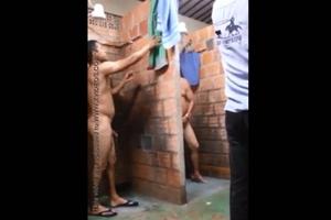 Filmando escondido os pedreiros pelados no alojamento