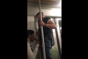 Putinho caiu de boca no pau do namorado no metrô
