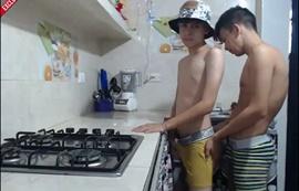 Meus dois primos me comeram na cozinha